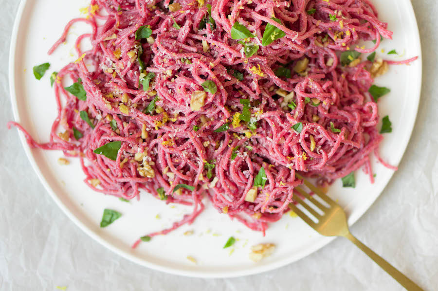 roze spaghetti Valentijnsdag bij kleurrijke gerechten