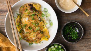 oyako don aziatische rijstbowl kip