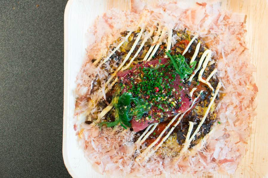 okonomiyaki met rauwe tonijn
