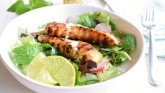 Foto van een salade met gegrilde kip en limoendressing