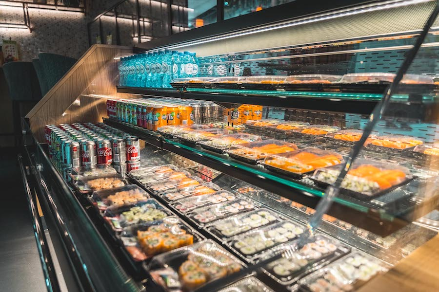 Vitrine vol sushi bij Miso Sushi in Rotterdam
