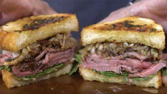 steak sandwich met knoflookbrood
