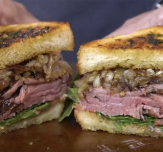 steak sandwich met knoflookbrood