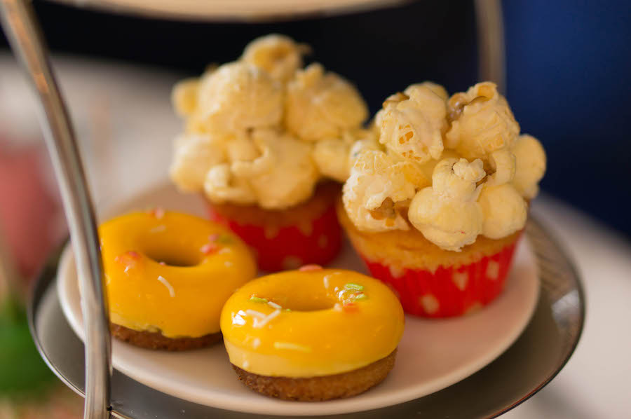 popcorn cupcakes en financiers in de vorm van mini donuts