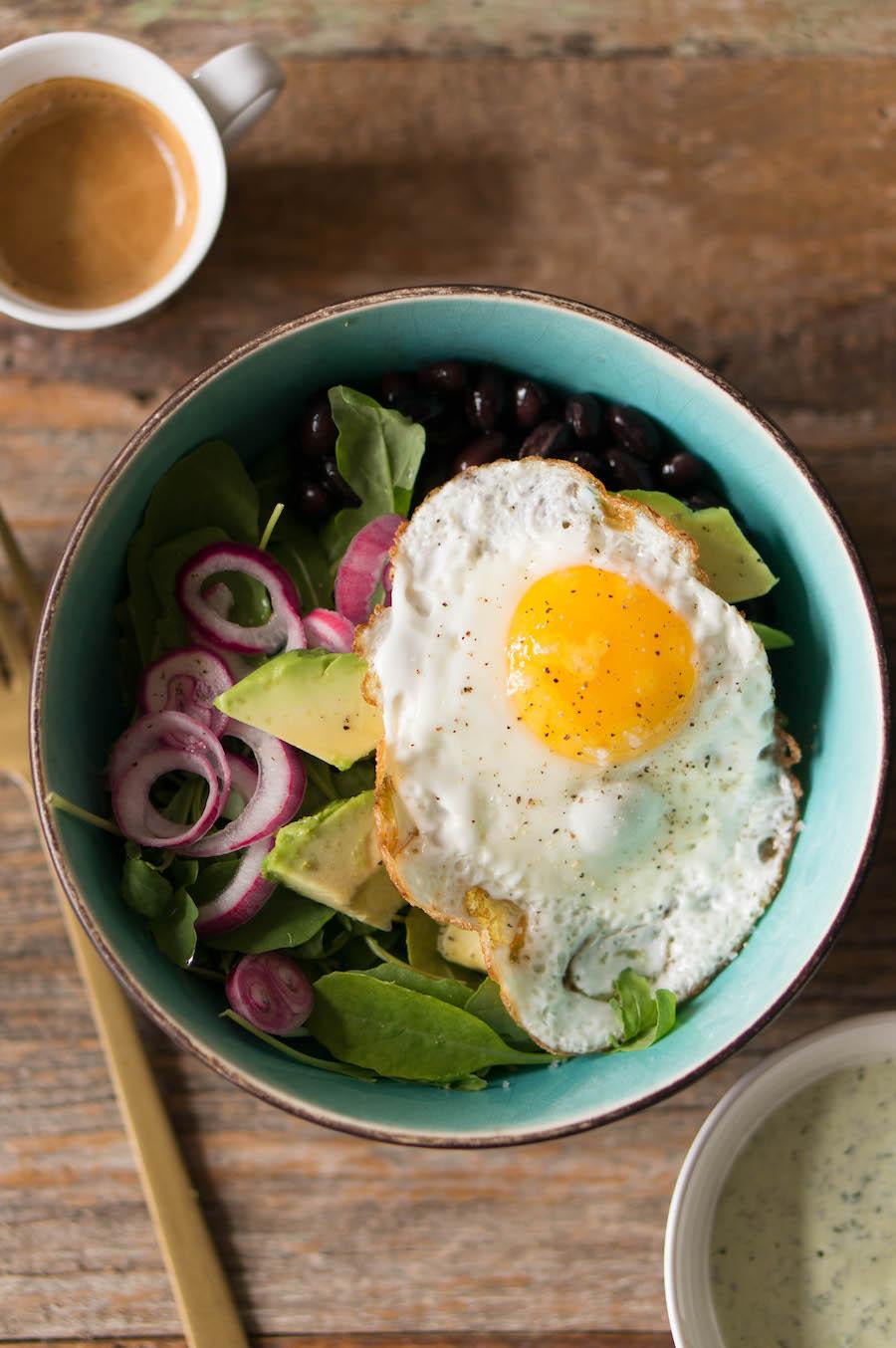 Breakfast bowl met een gebakken ei