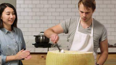 Pasta maken in een hele Parmezaanse kaas