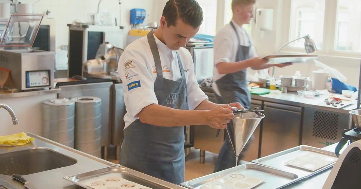 Lars aan het werken in de keuken voor de Bocuse D'or