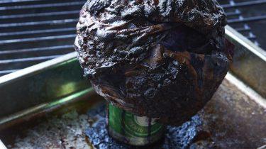 rode kool met bier van de barbecue