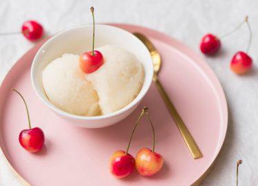 Amaretto sour-ijs met kersen