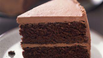 Chocolade frosting op een taart