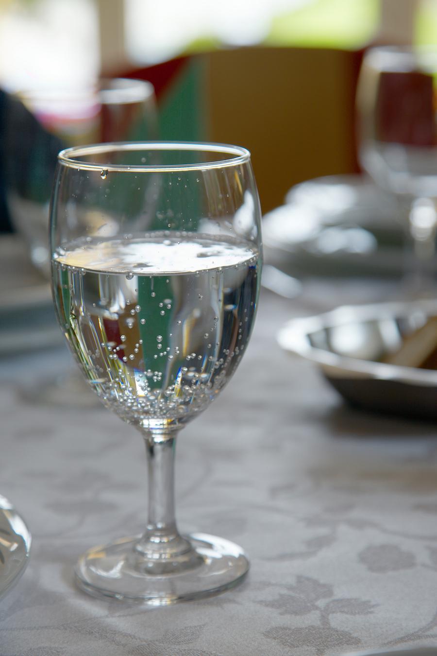 Bruiswater bij het eten