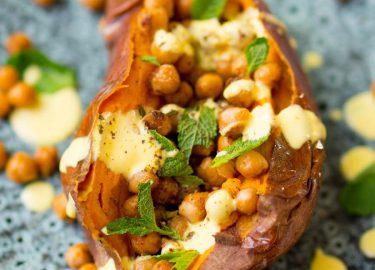 Gevulde zoete aardappel met kikkererwten - vegan
