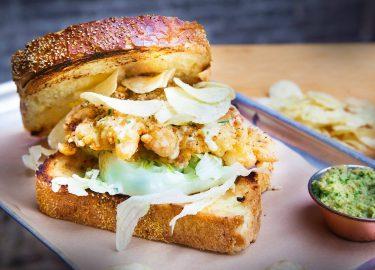 Fried chicken sandwich van The Salty Pig in Utrecht
