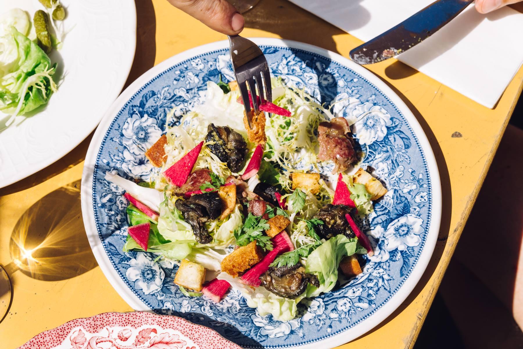 salade op bloemetjes servies