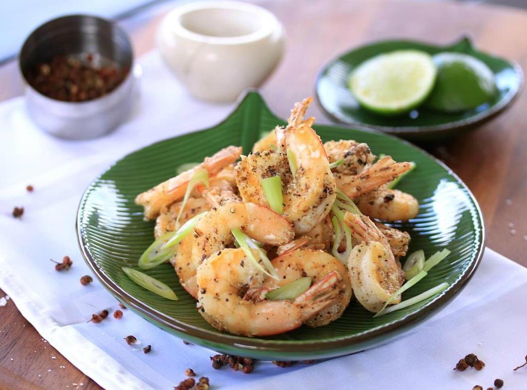 Garnalen met geroosterde peper en zout voorgerecht vis