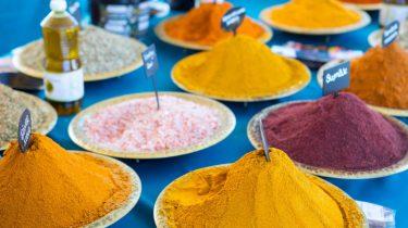 Schalen met Marokkaanse kruiden op Djeema el Fna