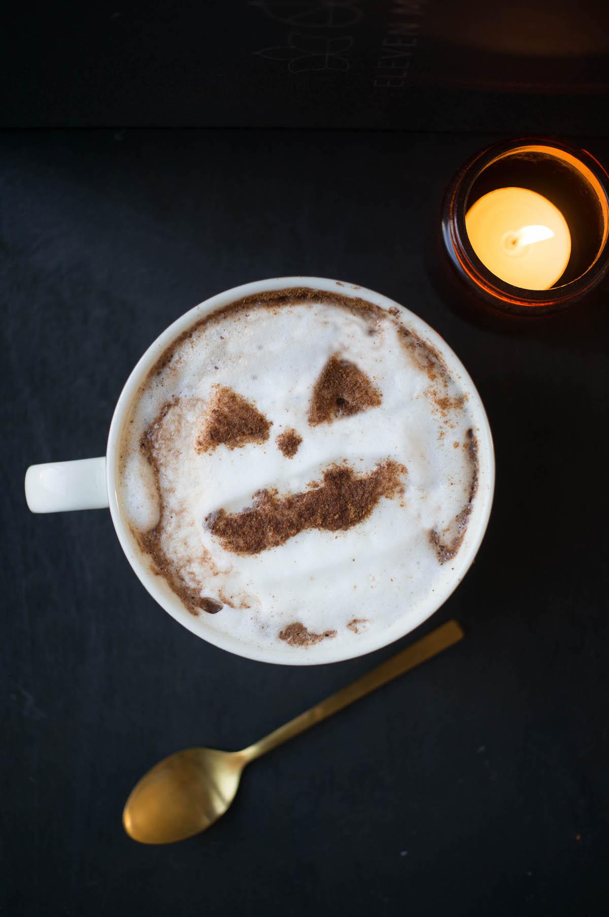 Warme chocolademelk voor Halloween