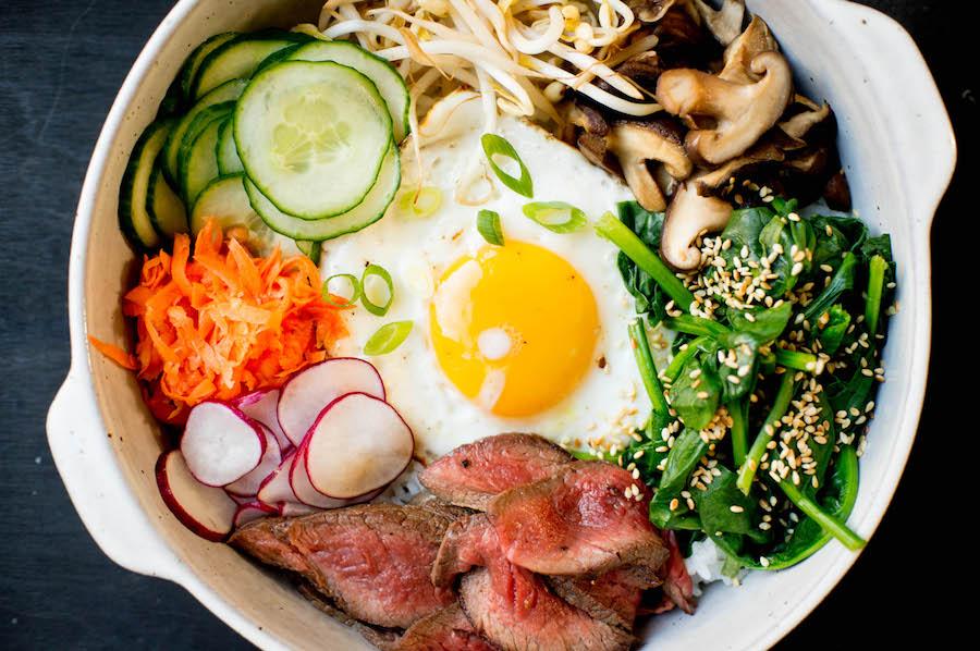 Recept voor bibimbap bij kleurrijke gerechten