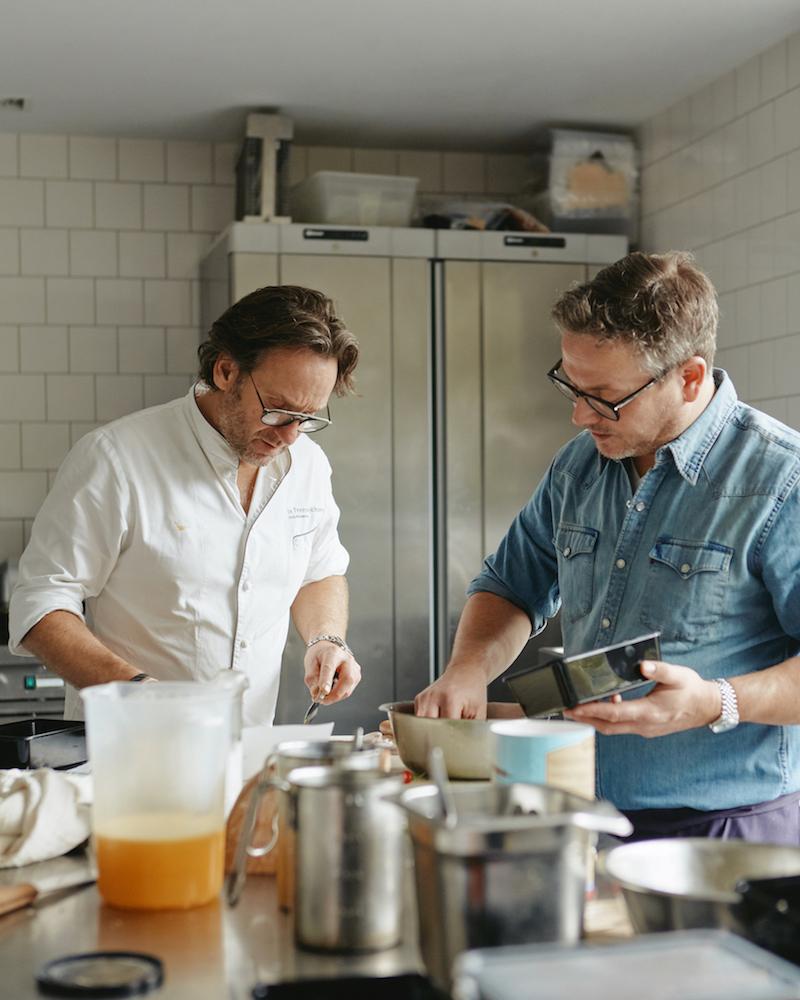 Guus Meeuwis en Dick Middelweerd aan het koken