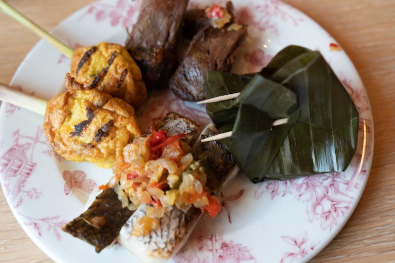 bord met sate, tofu en eend
