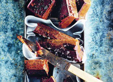 Afbeelding van pindakaas-dadelfudge met chocolade van Donna Hay