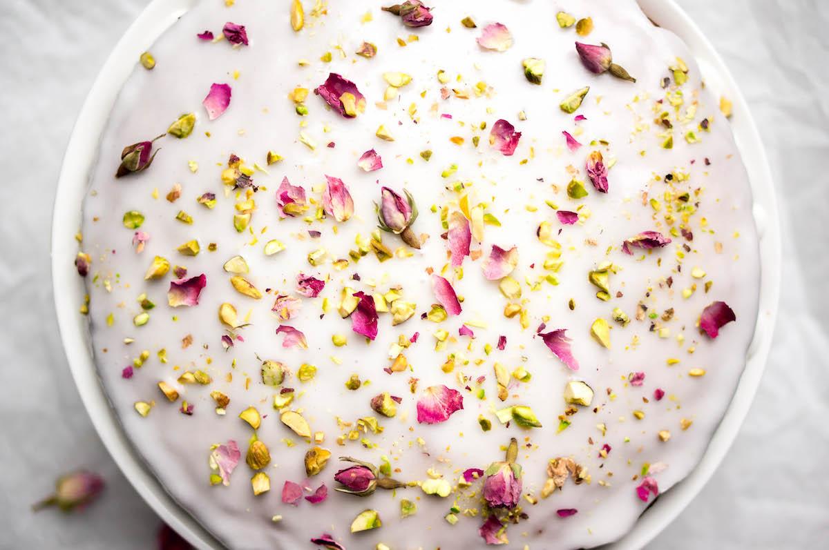 Taart met rozenwater, kardemom en pistache