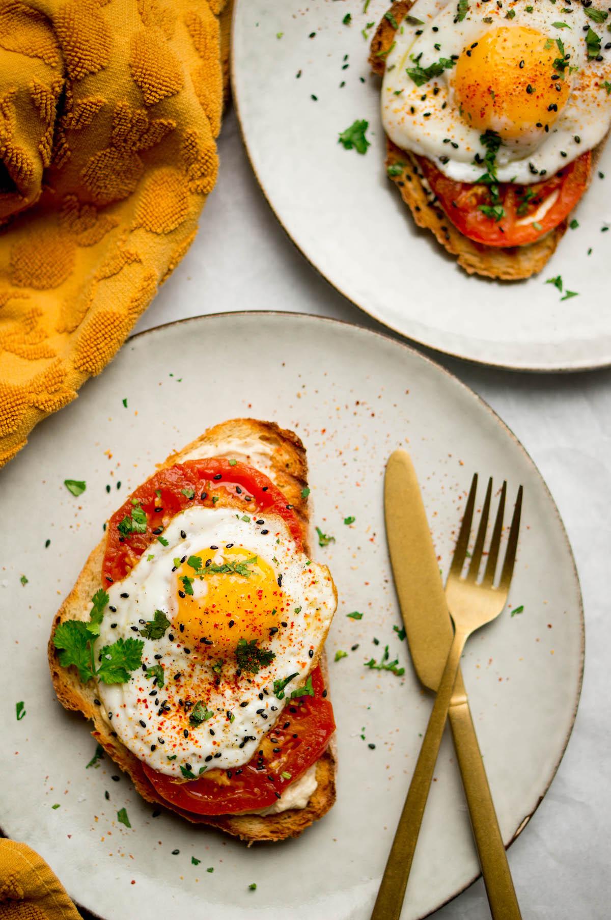 Toast met shakshuka en hummus