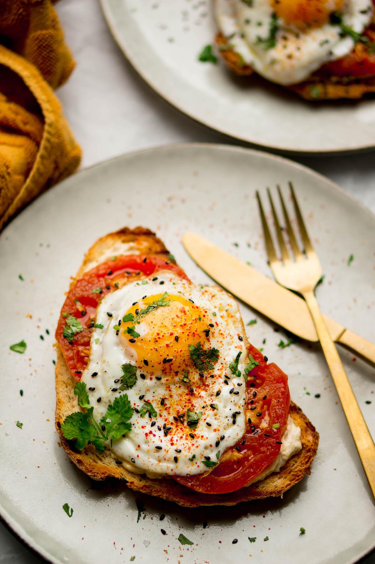 Shakshuka toast met tomaat, ei en hummus