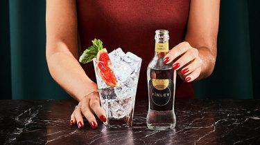 Handen met een cocktail
