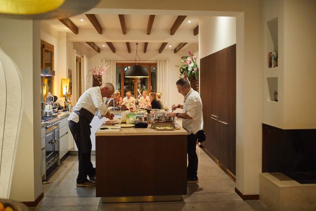 chefs koken in de keuken