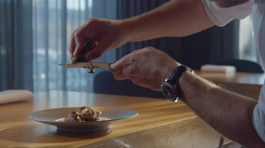 Screenshot uit de trailer van miniserie Meet the Chef
