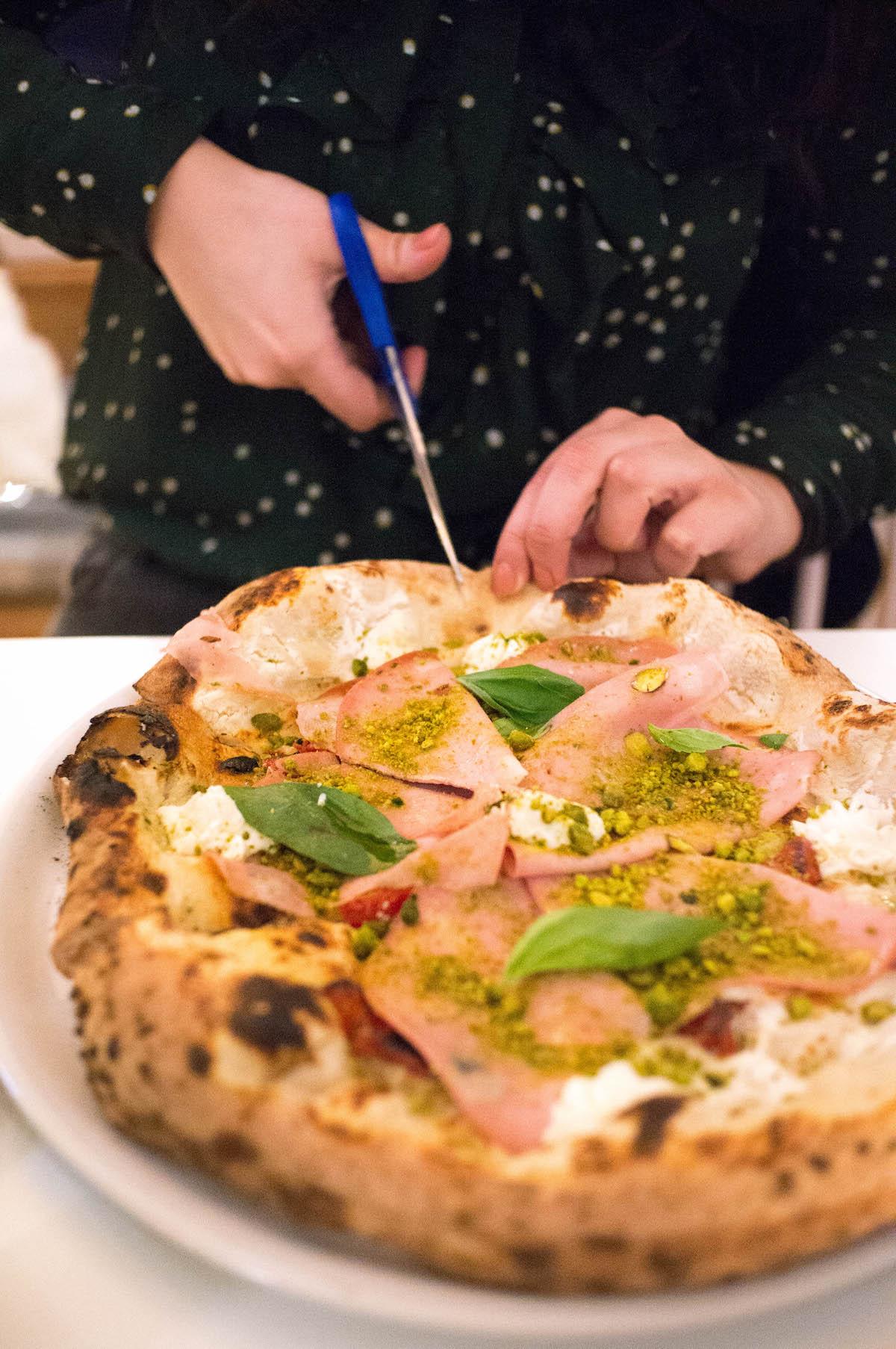 Pizza knippen bij nNea pizza