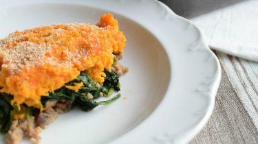 Ovenschotel met zoete aardappel, spinazie en gehakt