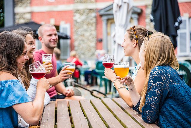 mensen genieten van een biertje aan tafel