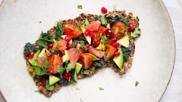 Gezonde crackers met avocado en tomaat