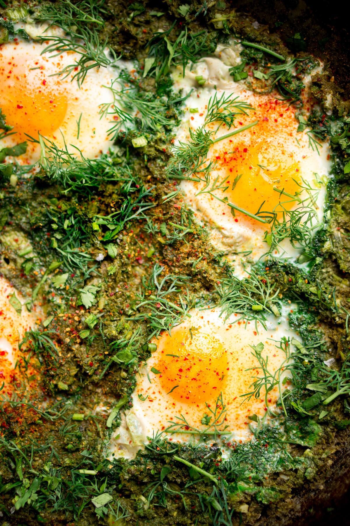 Close-up van groene shakshuka met spinazie