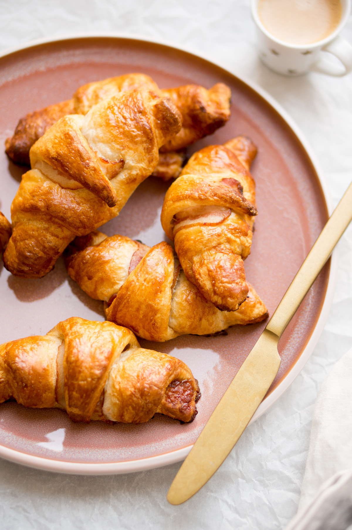 Croissants with bacon and syrup: an easy recipe! &quot; width = &quot;1200&quot; height = &quot;1806&quot; /&gt; </figure> <h2> This is how you make bacon and syrup croissants </h2> <p> Preheat the oven to 180 degrees (convection oven). </p> <p> Cut loosen the slices of croissant dough on the seams. Lay the slices with the short side facing you and brush them with a teaspoon of syrup. </p><div class='code-block code-block-7' style='margin: 8px 0; clear: both;'> <script async src=