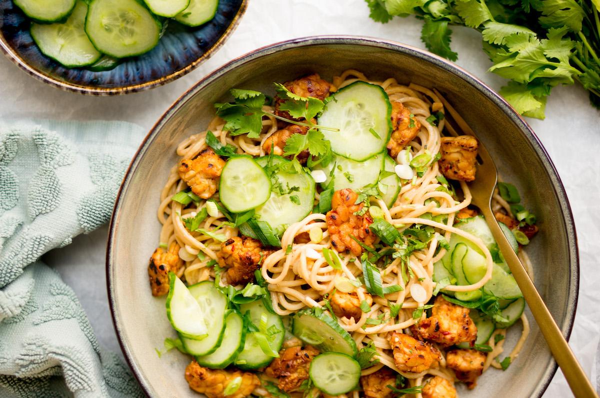Vegetarische noodles met tempeh