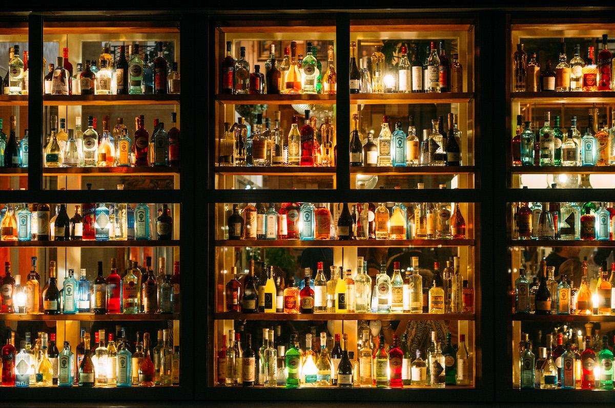 Wand met flessen bij Piero's