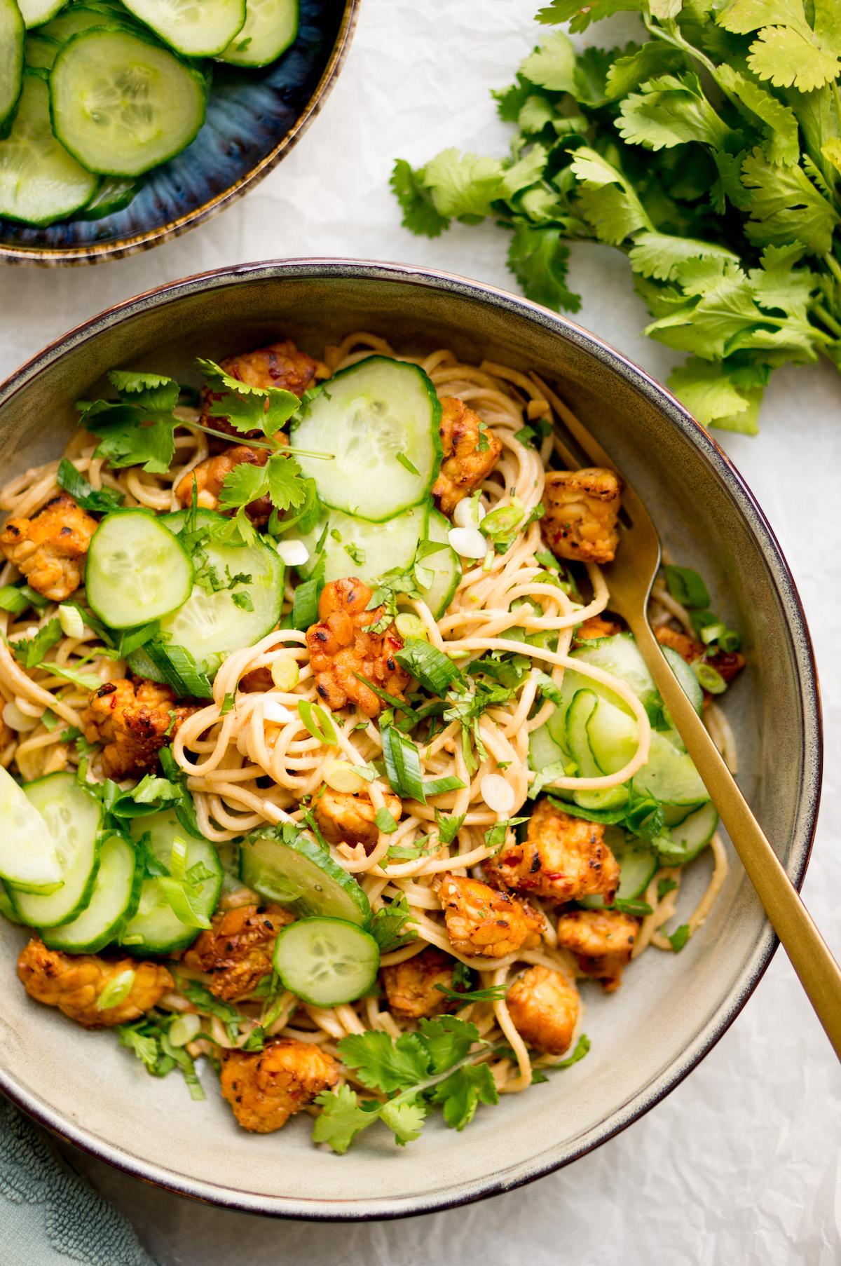 Noodles met tempeh en pindakaas