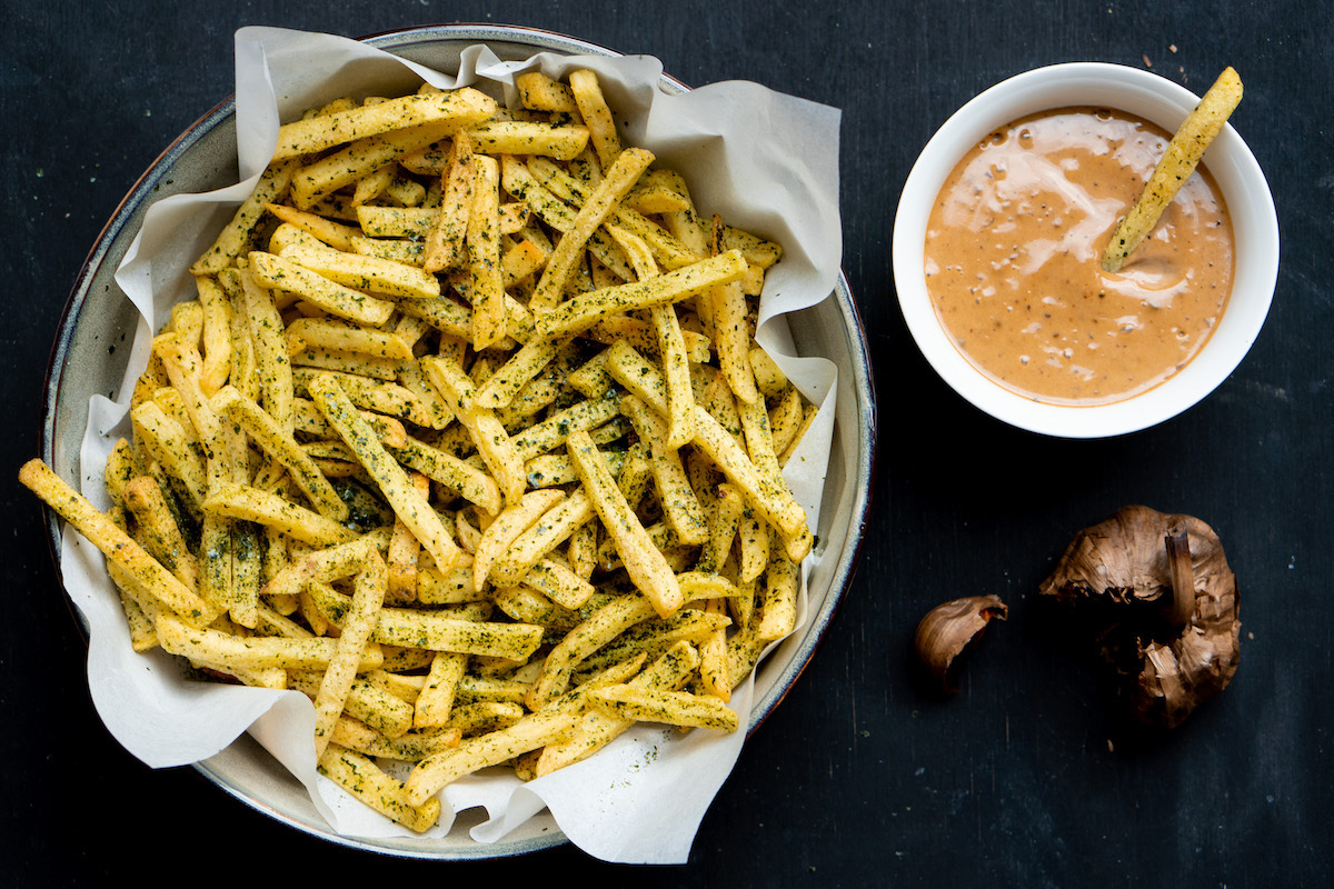 Umami friet met zwartebonenmayo