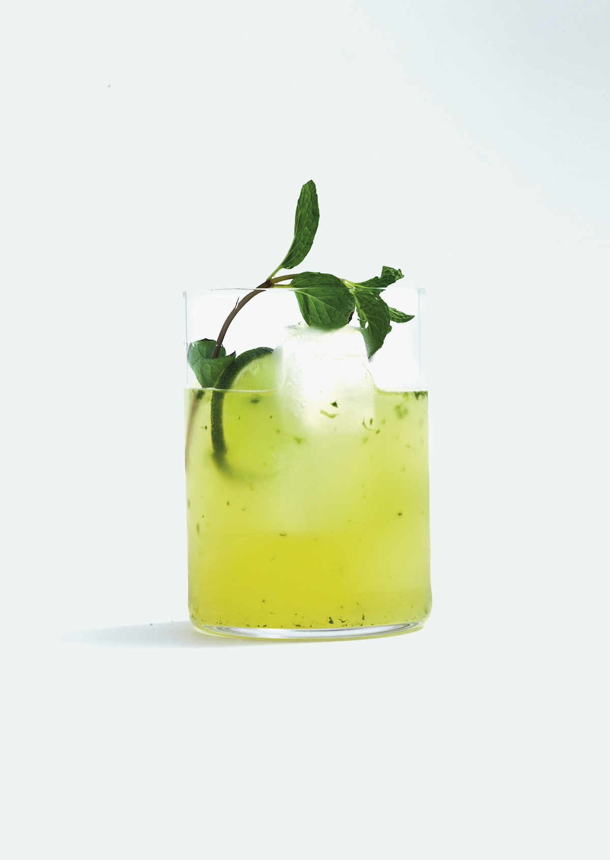 Non-alcoholic mojito: mocktails &quot;width =&quot; 1200 &quot;height =&quot; 1691 &quot;/&gt; </figure> <h2> Make non-alcoholic Mojito </h2> <p> For this mojito bruise put the leaves in a shaker and add the syrup, lime juice and ice cream. Shake well. Fill with the gingerale, strain and pour into a glass full of ice cubes. Finish with a sprig of mint and a slice of lime. </p> <p> So in less than five minutes you have a great alcohol-free drink on the table that is just as festive as champagne or wine. We bet that this drink is not only loved by pregnant women or drivers? </p> <figure class=
