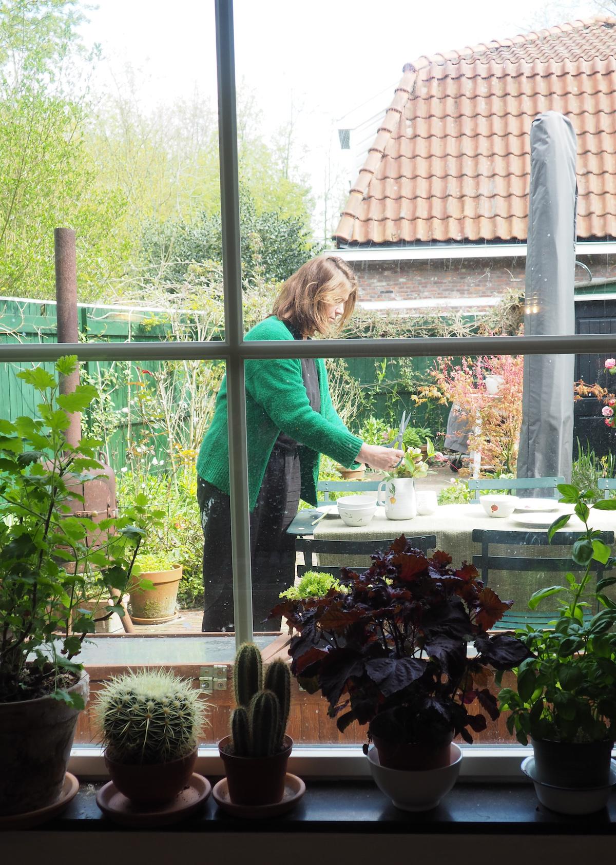 Yvette in haar tuin