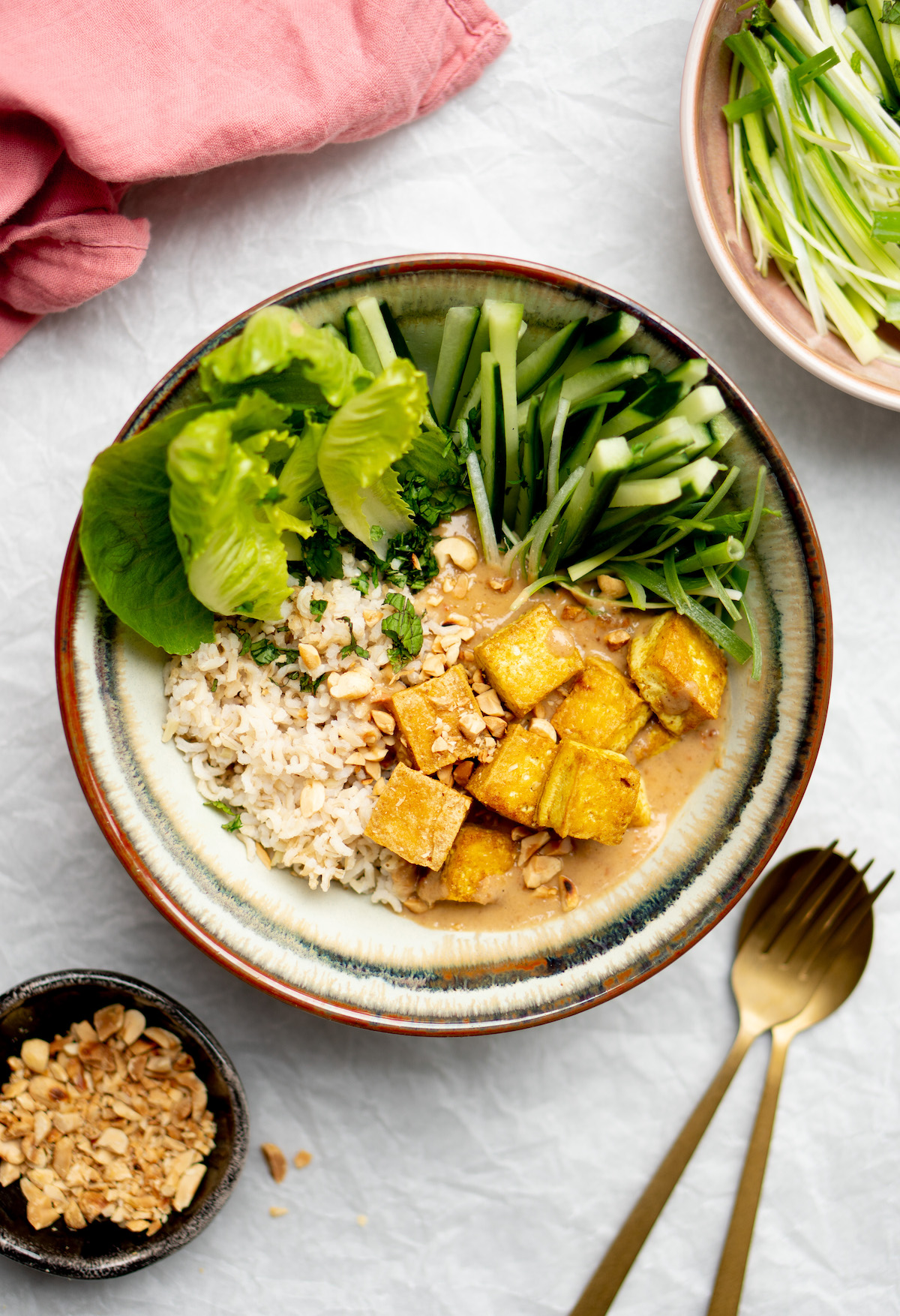 Vegetarische Thaise saté-bowl met tofu