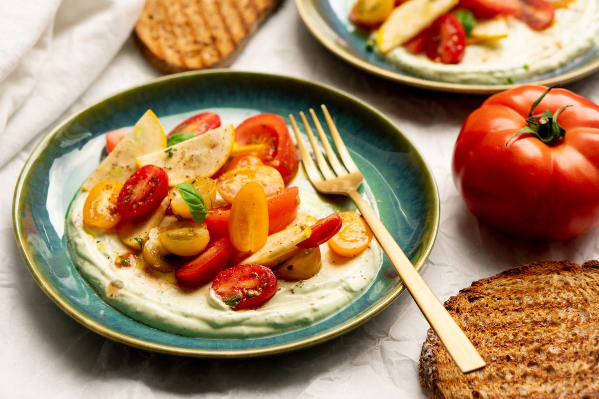 Opgeklopte ricotta met basilicum en tomatensalade