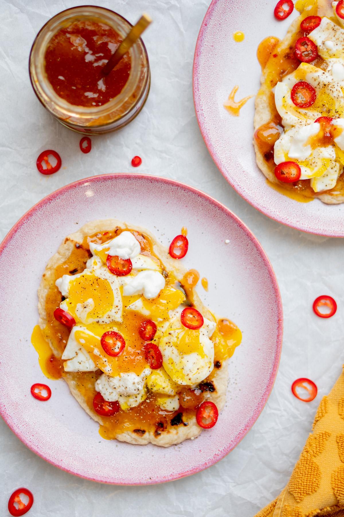 Zelfgemaakte flatbreads met ei en mangochutney