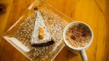 stuk carrot cake met koffie
