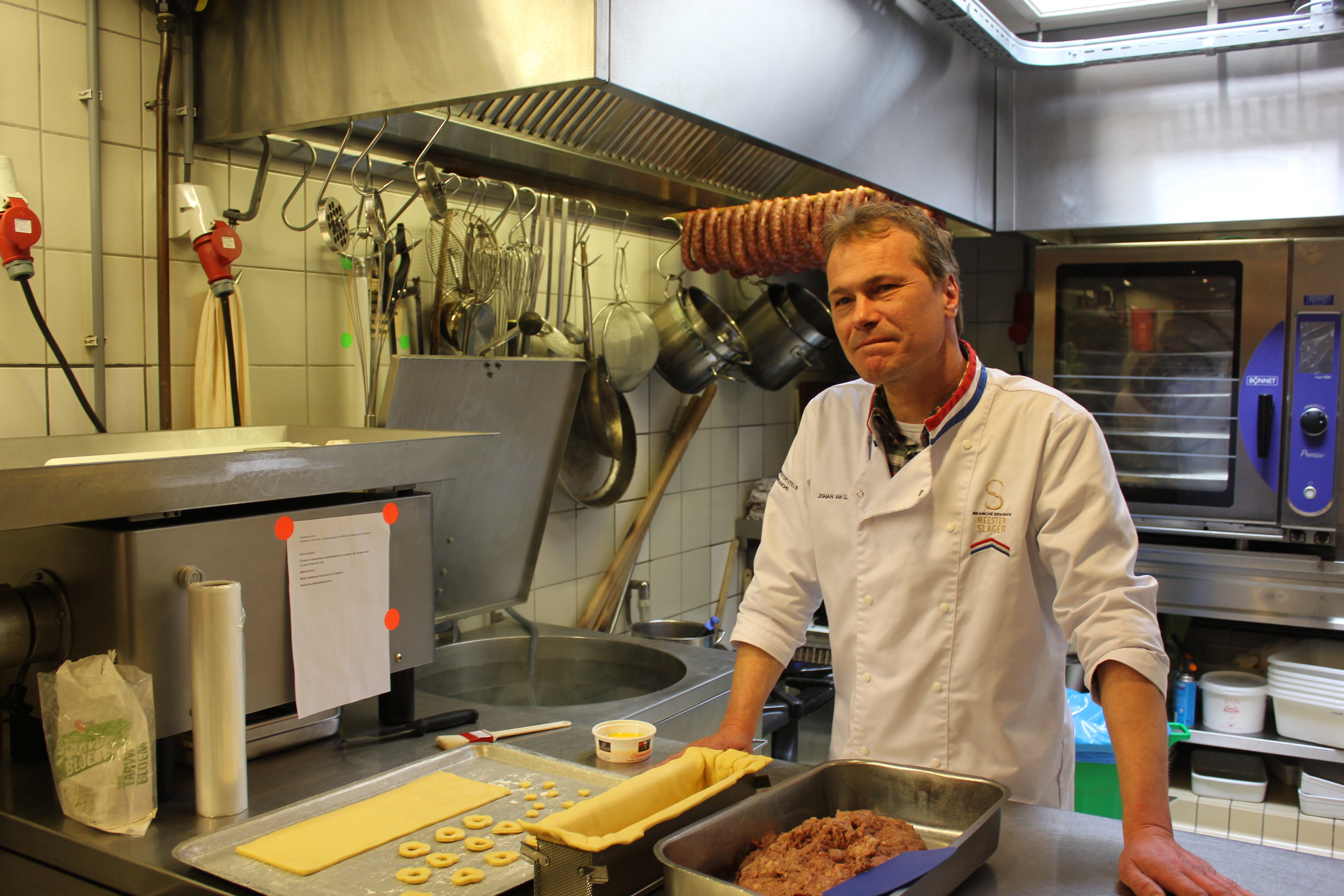 master butcher Johan van Uden &quot;width =&quot; 5184 &quot;height =&quot; 3456 &quot;/&gt; </figure> <h2> A look at the butcher shop </h2> <p> Culy was invited by Johan to the Chateaubriand butcher in Heemstede to see what the components of such a test would look like. </p> <p> It is immediately clear that Johan has a passion for his profession. the moment we step into the butcher shop. The meat is treated here with love. &quot;Meat is not thrown in my butcher shop,&quot; says Johan resolutely. &quot;We treat the meat here as we treat women: with respect,&quot; adds his apprentice and assistant to the Master&#39;s Test. </p><div class='code-block code-block-7' style='margin: 8px 0; clear: both;'> <script async src=