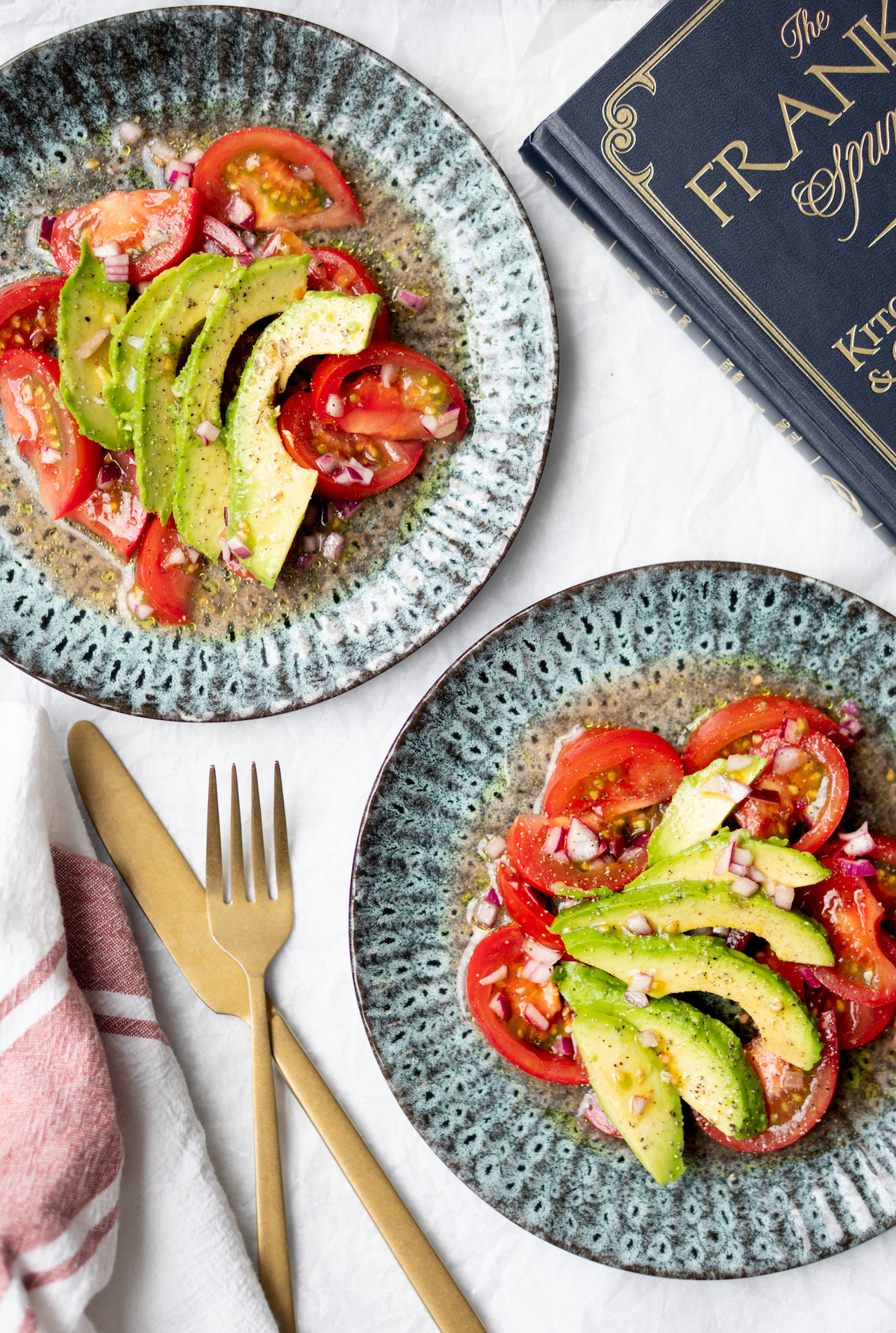 Simpele tomatensalade met avocado en rode ui