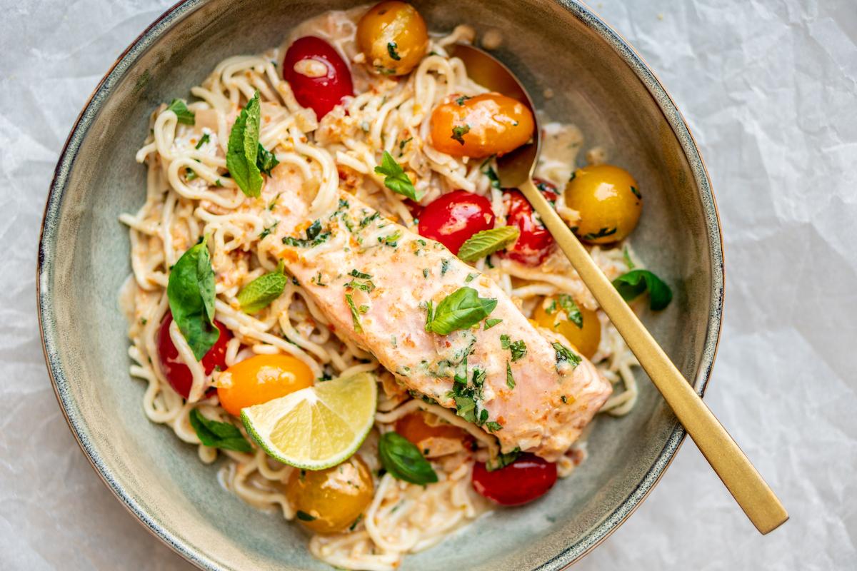Curry met zalm en tomaat